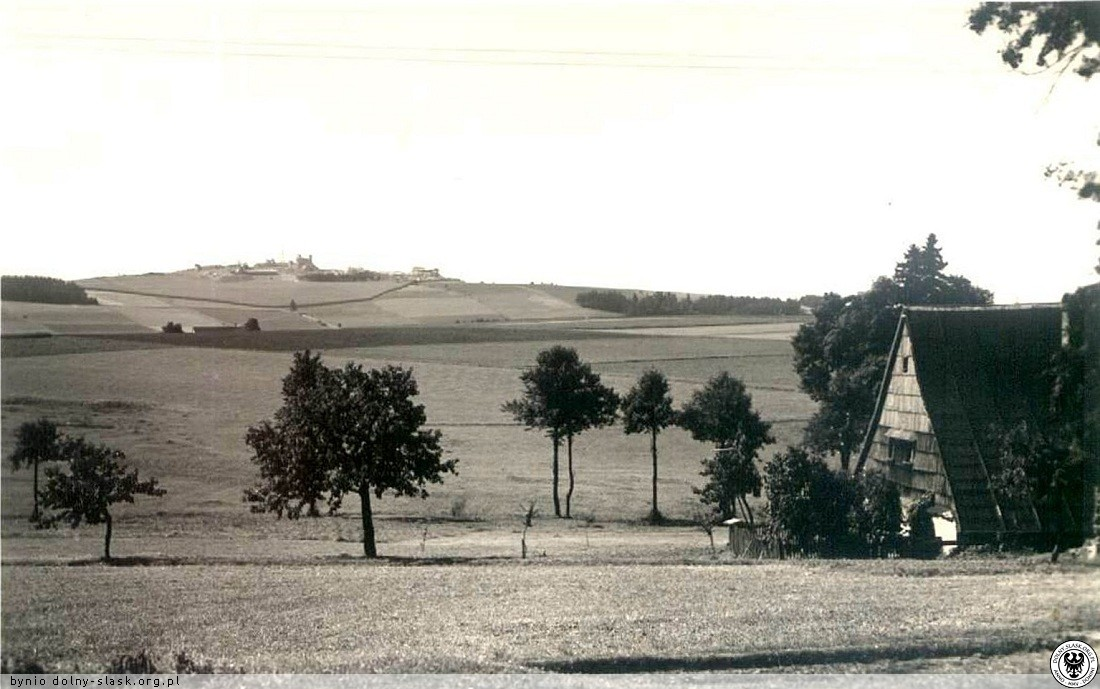 Červený Potok - Czerwony Strumień - výhled z obce na československé hraniční opevnění.