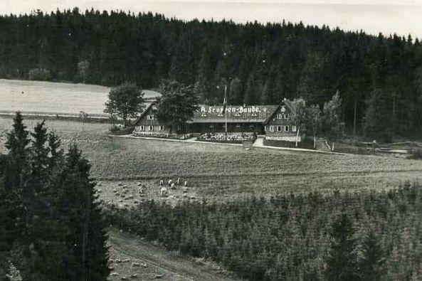 Na přelomu století byl v osadě založen penzion Gruppenbaude (Angsthauser). Během války byla budova převzata SS jako její rehabilitační centrum.
